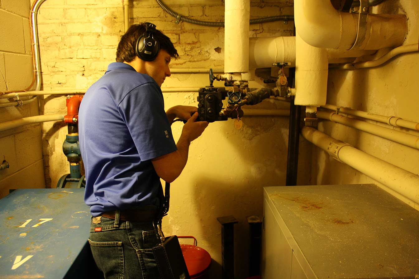 RMF evaluates a steam trap acoustically with an ultrasonic scanner.